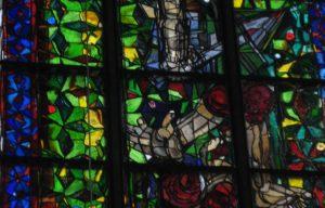 Modern aber traditionell: Ausschnitt aus den Markus-Lüppertz-Fenstern in der Kölner Kirche St. Andreas.