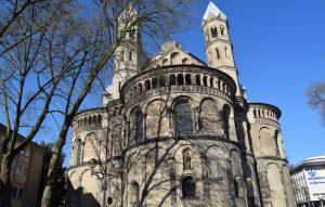 Romanische Kirche St. Aposteln mit typischem Kleeblattchor am Kölner Neumarkt.