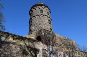 Die Bottmühle in der Kölner Südstadt. Warum dieser ehemalige Mühlenturm auf der mittelalterlichen Stadtmauer ehalten blieb, erfahren Sie auf einer Südstadttour mit Erlebnistouren Köln & Region - Tour-Agentur.