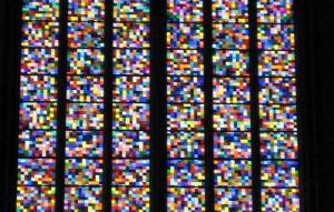 """Etwa 11.000 bunte """"Pixel"""" bilden einen Farbrausch im Gerhard-Richter-Fenster im Kölner Dom."""