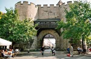 Nach dem mittelalterlichen Eigelsteintor ist das Stadtviertel nördlich des Kölner Doms benannt.