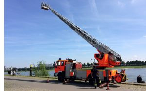 Brandschutz-Tour: Übung der Kölner Berufsfeuerwehr am Rheinufer.