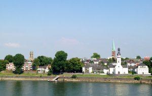 Stadtführung Mülheim: Köln-Mülheim am Rhein gelegen, auf der rechten Rheinseite. Zum altern Ortskern gehört die Kirche am Rheinufer St. Clemens.
