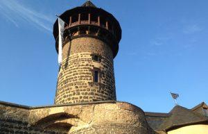 """Stadtführung Köln: Die Ullrichpforte war ein ehemaliger Wachturm in der mittelalterlichen Stadtmauer. Heute Sitz der """"Roten-Funken"""", den ältesten Kölner Karnevalscorps."""