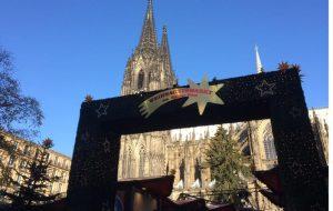 """Weihachtstour in Köln: Wegen des Sterns zu Bethlehem auf dem Dachreiter des Kölner Doms, der von dort seine Botschaft vrkündet, hat der Weihnachtsmarkt auf dem Roncalli-Platz am Dom seinen Namen """"Sternen-Weihnachtsmarkt""""."""