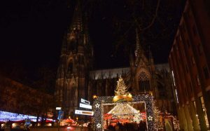 """Weihachtstour in Köln: Viele Lichter und Sterne auf dem """"Sternen-Weihnachtsmarkt"""" auf dem Roncalli-Platz am Kölner Dom."""