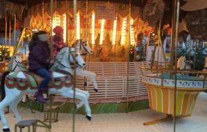 Weihachtstour in Köln: Seit dem es in Köln Weihnachtsmärkte gab, gehörte auch das Karussell für die Kleinen dazu.