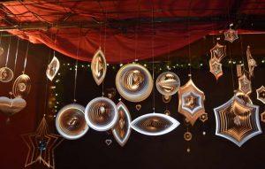 Auf den Kölner Weihnachtsmärkten gibt es viel Kunsthandwerk zu bewundern und zu kaufen. Hier dekorative Glas-Weihnachtskugeln.
